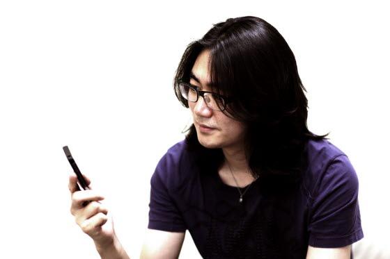 """스마트폰에 스타일의 """"날""""을 세우다, 옵티머스Z 디자이너 인터뷰"""