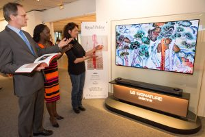 '궁극의 화질' LG 올레드 TV, 유네스코에서 한국 궁중자수의 아름다움 알린다