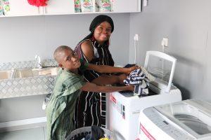 나이지리아 빈민가에 무료 세탁방 오픈
