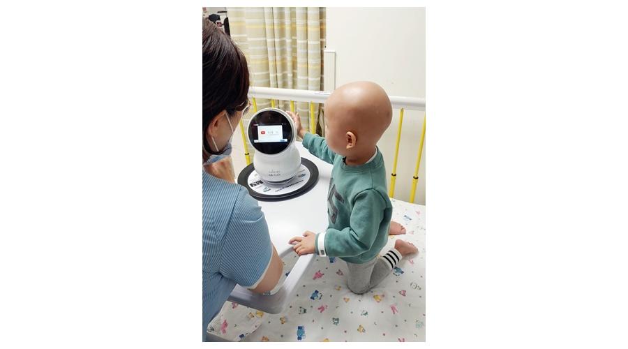 인공지능 홈로봇 'LG 클로이', 어린이병동에 웃음 전한다