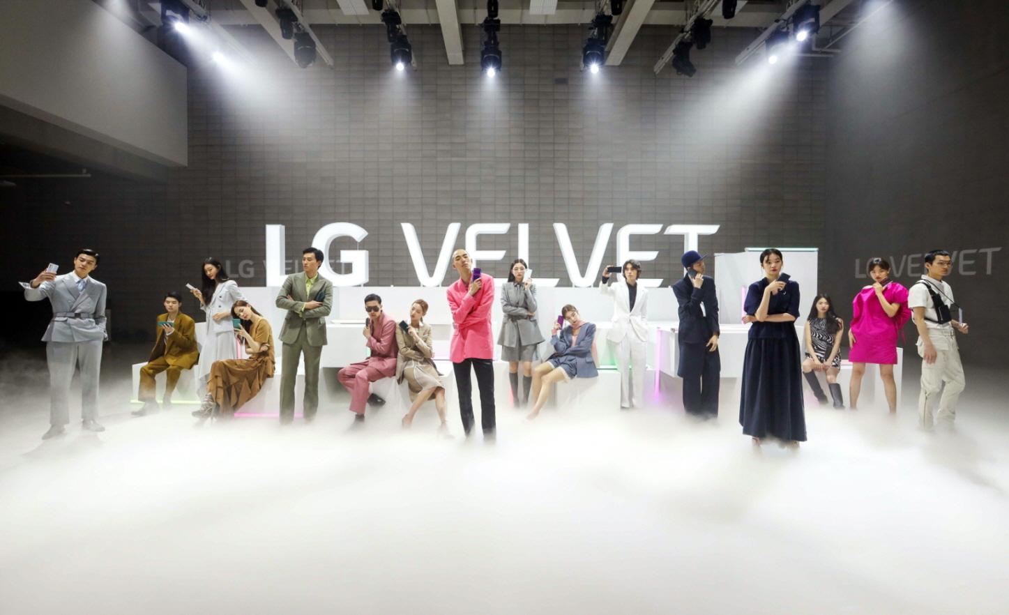 'LG 벨벳' 디지털 런웨이 무대에서 첫 데뷔