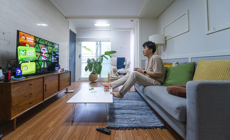 48형 LG OLED TV로 홈 엔터테인먼트를 즐기는 모습