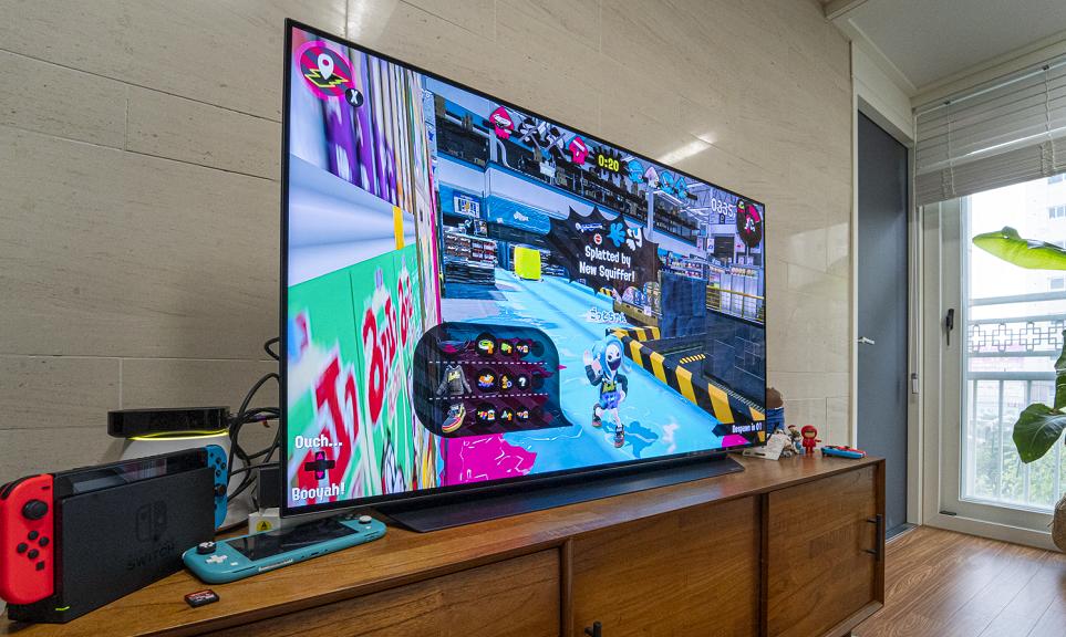 게임을 플레이하고 있는 48형 LG 올레드 TV