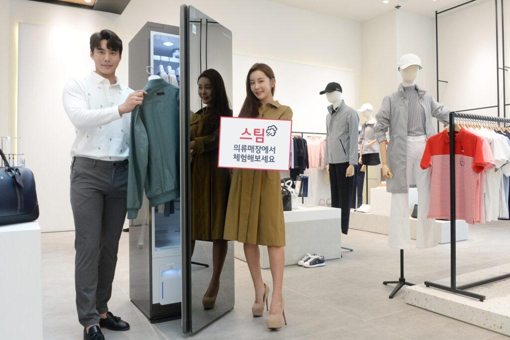 LG전자가 생활문화기업 LF와 손잡고 9월부터 향후 1년 동안 LF Mall 스토어, 헤지스, 라움 이스트(RAUM EAST) 등 전국 LF 의류매장 20곳에서 트롬 스타일러를 운영하기로 했다. 모델들이 서울에 있는 헤지스 명동점에서 'LG 트롬 스타일러'를 소개하고 있다.