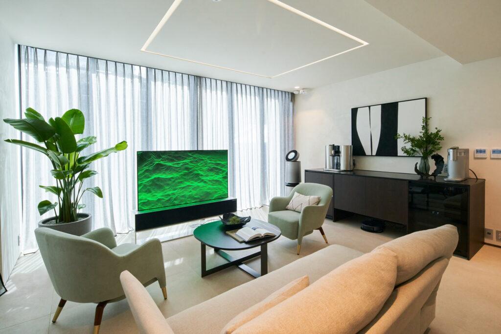 LG전자가 IFA 2020에서 혁신 제품과 솔루션을 총망라한 미래의 집 'LG 씽큐 홈'을 공개했다. LG 씽큐 홈은 코로나19 이후 변화하는 고객 라이프스타일을 반영해 '안심', '편리', '재미'의 세 가지 고객 가치를 제시한다. 롤러블 TV를 포함한 혁신 제품이 대거 설치된 LG 씽큐 홈 1층 응접실 모습.