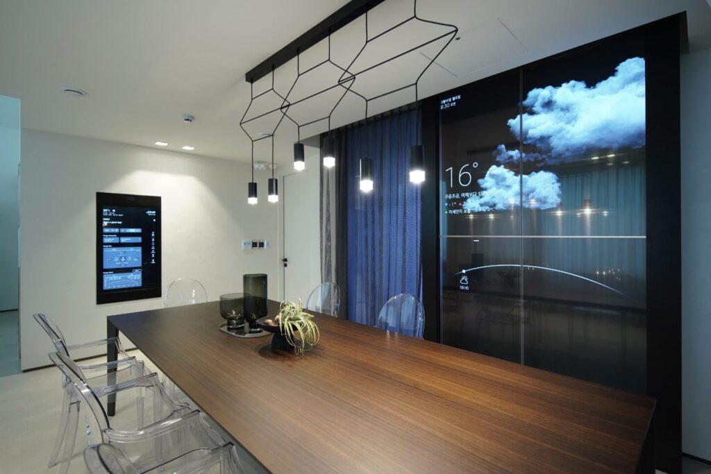 LG전자가 IFA 2020에서 혁신 제품과 솔루션을 총망라한 미래의 집 'LG 씽큐 홈'을 공개했다. LG 씽큐 홈은 코로나19 이후 변화하는 고객 라이프스타일을 반영해 '안심', '편리', '재미'의 세 가지 고객 가치를 제시한다. 집 안 곳곳에 설치된 스마트미러는 가전을 포함한 실내 환경의 모니터링 및 제어가 가능하다. 창문에는 투명 올레드 패널을 적용해 실용성과 인테리어를 높였다.