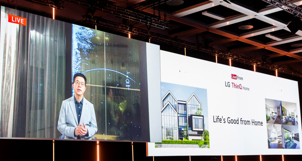LG전자가 현지시간 3일 독일 베를린에서 개막한 'IFA 2020'에서 '집에서 좋은 삶이 시작됩니다(Life's Good from Home)'를 주제로 프레스 콘퍼런스를 진행했다.  경기도 판교신도시 LG 씽큐 홈을 독일 현지와 실시간으로 연결한 모습