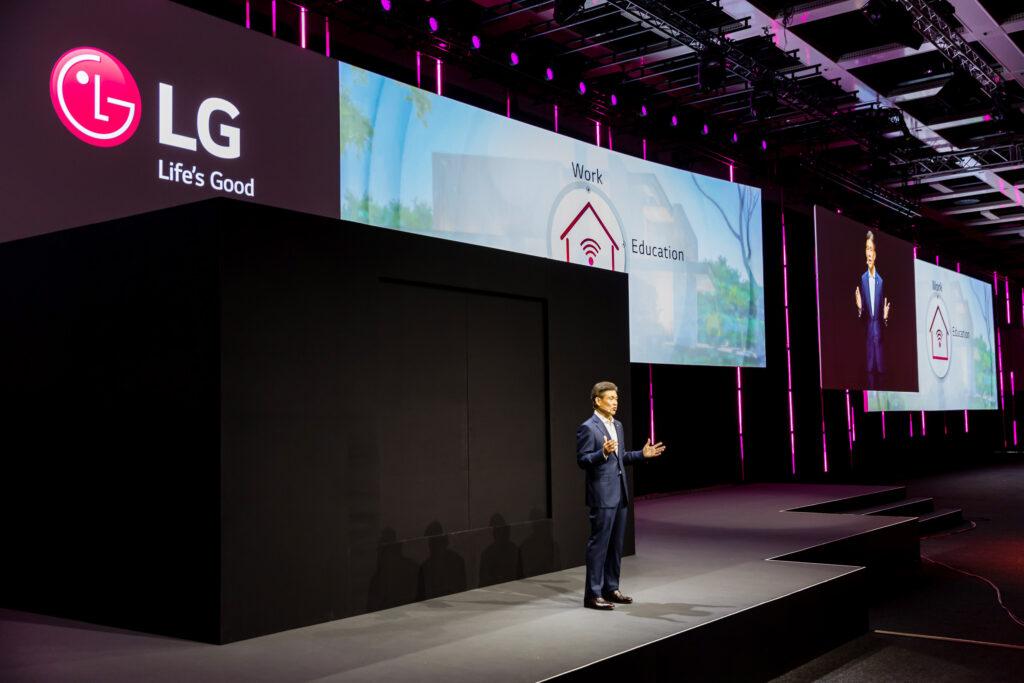 LG전자가 현지시간 3일 독일 베를린에서 개막한 'IFA 2020'에서 '집에서 좋은 삶이 시작됩니다(Life's Good from Home)'를 주제로 프레스 콘퍼런스를 진행했다.  BS사업본부 유럽사업담당 김경호 부사장이 LG 씽큐 홈을 소개하는 모습