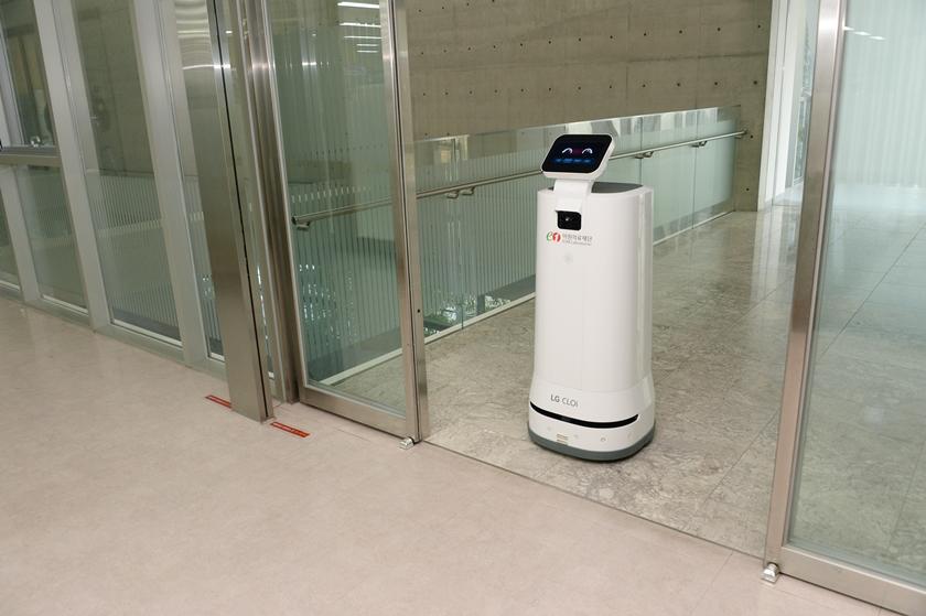 LG전자가 최근 의료법인 이원의료재단과 국립암센터에 LG 클로이 서브봇(서랍형)을 잇따라 공급하며 의료 분야의 로봇 활용도를 높이고 있다. 이원의료재단에 있는 LG 클로이 서브봇이 자동문을 통과하며 검체를 나르고 있다.