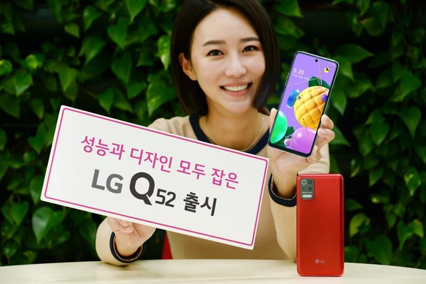 LG전자가 올해 Q 시리즈 다섯 번째 제품인 'LG Q52'를 내놓으며 실속형 시장 공략을 강화한다. 모델이 LG Q52를 소개하는 모습