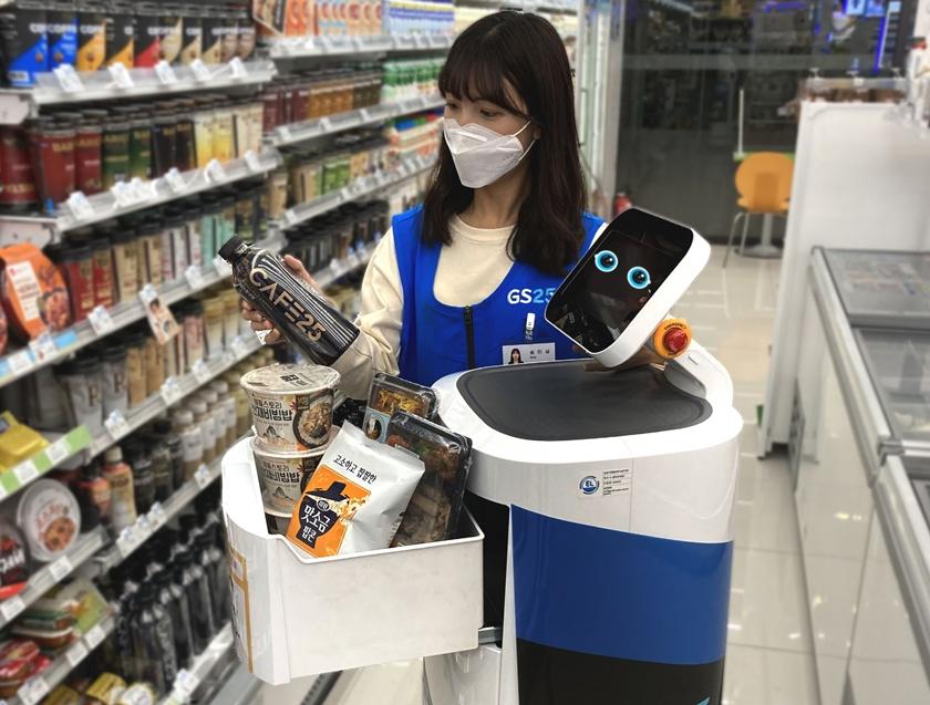 LG전자가 최근 서울 강서구 LG사이언스파크 내에 있는 GS25강서LG사이언스점에서 'LG 클로이 서브봇'을 이용해 상품을 배송하는 로봇배송 시범서비스를 시작했다. GS25직원이 LG 클로이 서브봇에 주문 받은 상품을 적재하고 있다.