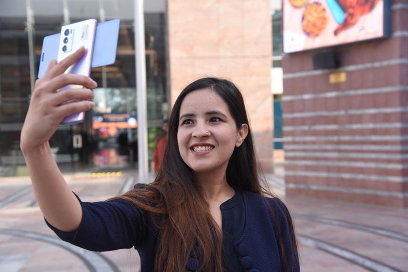 LG전자가 전략 스마트폰 'LG 윙(LG WING)'을 인도 시장에 본격 출시하며 언택트(Untact) 마케팅을 적극 활용한다. 인도 구르가온에 위치한 한 쇼핑몰에서 모델이 LG 윙을 소개하고 있다.