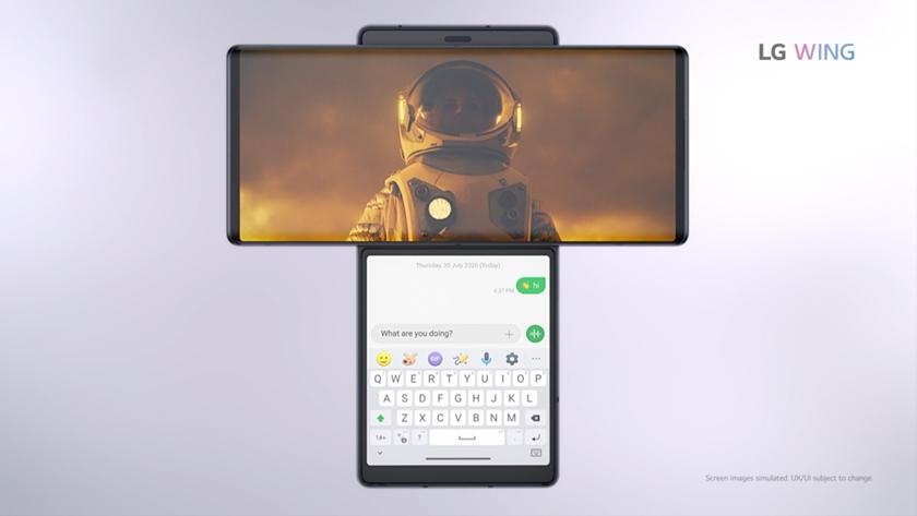 LG 윙의 스위블 모드에서 세 손가락으로 화면을 쓸어 넘기는 동작만으로 메인/세컨드 스크린 화면이 이동하는 장면.