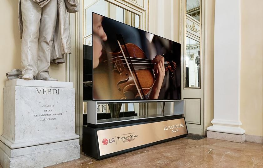 이탈리아 '라 스칼라' 오페라극장에 전시된 LG 시그니처 올레드 8K