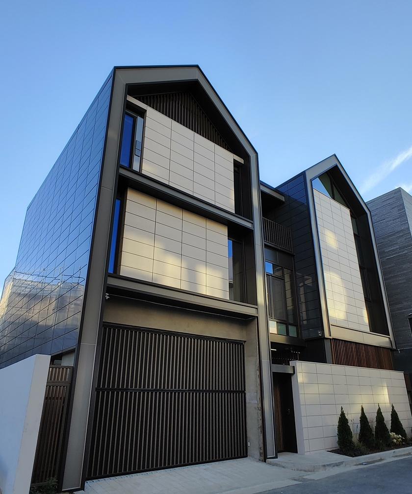 국내 최초로 제로에너지건축물 본인증(本認證) 1등급을 받은 'LG 씽큐 홈' 전경사진. 이 건물에는 '건물일체형태양광발전(BIPV: Building Integrated Photovoltaic)' 시스템이 적용되어 태양광 모듈 총 988장이 외벽과 지붕에 부착되어있다. 이 모듈은 기존 태양광 모듈과 달리 건축물의 외벽 마감을 대체하는 방식으로 설치돼 건물 디자인과 주변 경관을 해치지 않는다.