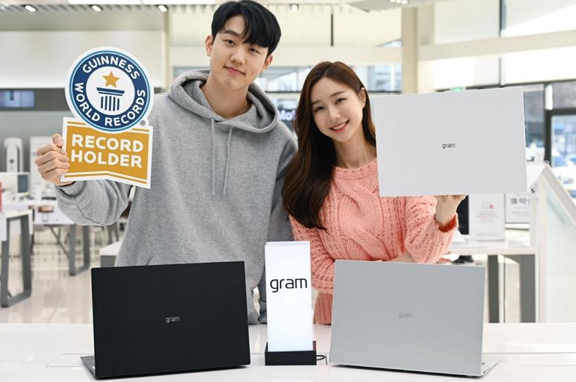LG전자가 2021년형 'LG 그램(gram)' 신제품을 국내 시장에 출시한다. LG전자는 기존 14/15.6/17형 크기에 이어 16형 모델인 'LG 그램 16'을 새롭게 선보였다. 이 제품은 무게가 1,190g에 불과해 세계 기네스 협회로부터 '세계 최경량16형 노트북'으로 인증받았다. 모델들이 'LG 그램 16'을 소개하고 있다.