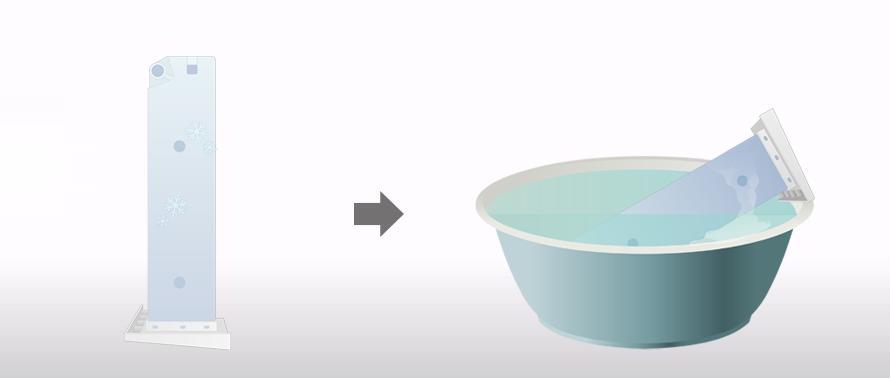 언 물통을 따뜻한 물에 담가 놓은 모습