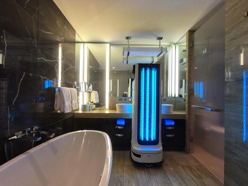 LG전자 비대면 방역로봇 'LG 클로이 살균봇(LG CLOi DisinfectBot)'이 美 현지시간 21일 열린 'Best of CES: NEXT BIG THING' 행사에 등장, 관심을 한몸에 받았다. 온라인으로 진행된 이번 행사에서 LG전자는 'LG 클로이 살균봇'이 호텔 객실을 살균하는 장면을 실시간으로 시연했다.