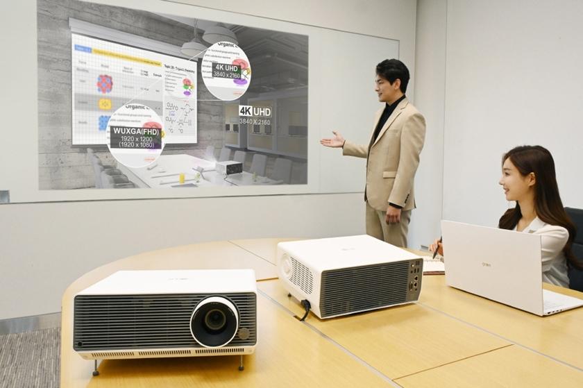 LG전자가 비즈니스 프로젝터 'LG 프로빔' 신제품 2종을 국내에 출시하며, 상업용 프로젝터 시장을 적극 공략한다. 신제품은 밝고 선명한 대화면은 물론, 무선 연결, 화면 자동 맞춤 등 다양한 편의 기능까지 탑재했다. 모델이 'LG 프로빔' 신제품을 소개하고 있다.