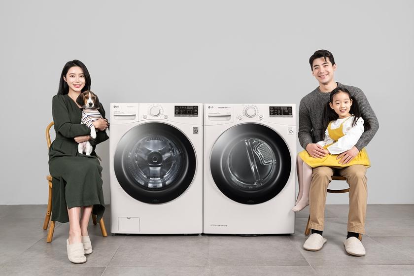 LG전자가 반려동물을 키우는 고객들을 위해 펫케어 기능을 더한 트롬 세탁기와 건조기를 출시한다. 모델들이 LG 트롬 세탁기 스팀 펫(사진 왼쪽)과 LG 트롬 건조기 스팀 펫를 소개하고 있다.