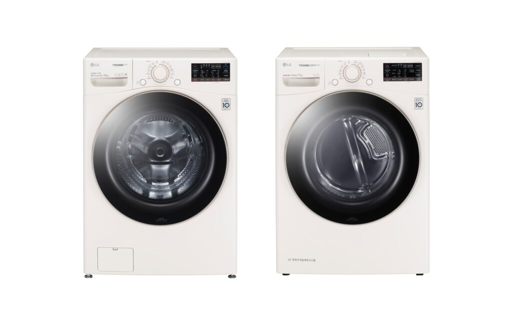 LG전자가 반려동물을 키우는 고객들을 위해 펫케어 기능을 더한 트롬 세탁기와 건조기를 출시한다. 사진은 LG 트롬 세탁기 스팀 펫(사진 왼쪽)과 LG 트롬 건조기 스팀 펫.