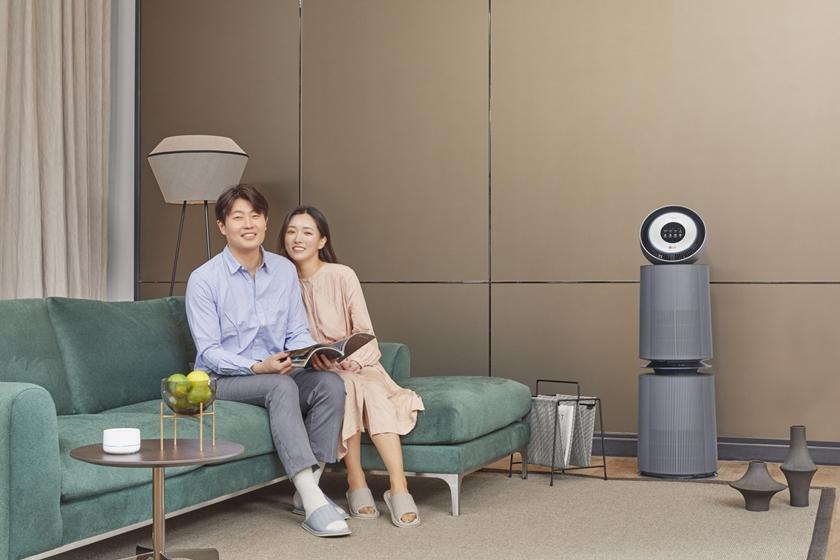 LG전자가 청정 성능과 고객 편의성을 대폭 강화한 '퓨리케어 360˚공기청정기 알파'를 이달 말에 출시한다. 모델들이 LG 퓨리케어 360˚ 공기청정기 알파(사진 오른쪽)와 인공지능 센서를 소개하고 있다.