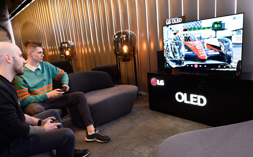 LG전자가 러시아에서 LG 올레드 TV를 앞세워 체험 마케팅을 강화한다. LG전자는 모스크바 소재 프리미엄 게이밍 라운지에 올레드 TV, 울트라기어 게이밍 모니터 등을 공급했다. 모델들이 VIP 전용 게이밍 공간에 조성된 체험존에서 LG 올레드 TV로 게임을 즐기고 있다.