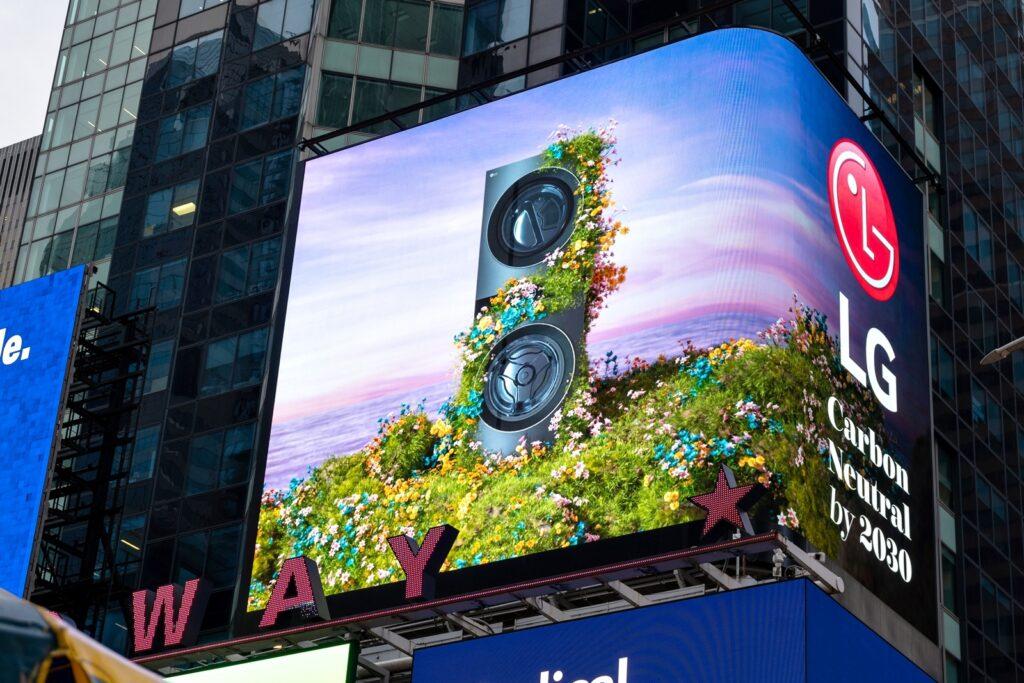 LG전자가 '지구의 날'을 맞아 환경을 보호하기 위한 캠페인을 펼친다. LG전자 미국법인은 美 뉴욕 맨해튼 타임스스퀘어에 있는 전광판을 활용해 탄소중립을 위한 캠페인을 진행하고 있다.