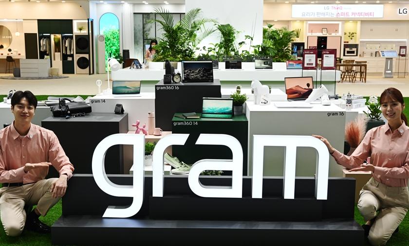 LG전자가 21일부터 사흘간 서울 삼성동 코엑스에서 열리는 월드IT쇼 2021에 참가해 차별화된 기술과 디자인을 선보인다. LG전자는 올해 기존 14/15.6/17형 크기에 이어 16형 모델인 그램 16을 새롭게 선보였다. 모델들이 초경량 대화면 노트북 LG 그램 2021년형 풀 라인업을 소개하고 있다.