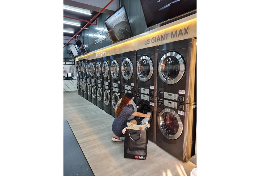LG전자가 최근 오픈한 필리핀 마닐라 소재 '스마트 론드리 라운지(Smart Laundry Lounge)'에 상업용 세탁기·건조기를 공급했다. 고객이 '스마트 론드리 라운지'에서 LG 상업용 세탁기를 사용하고 있다.