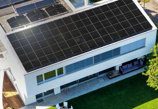 LG전자가 고효율 태양광 모듈 신제품 '네온 H(NeON H)'를 출시하며 글로벌 태양광 시장을 공략한다. 네온 H 제품 사진과 시공 이미지.