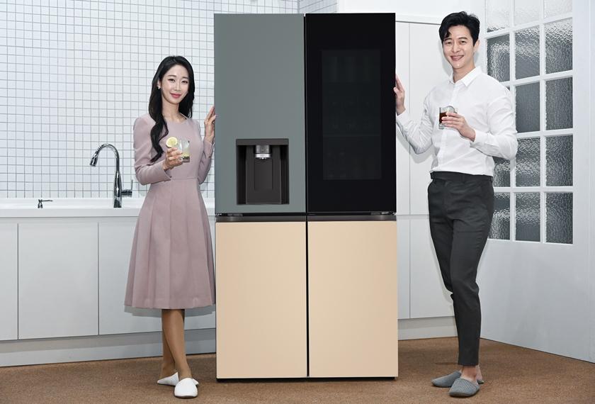 LG전자가 구형(球形) 얼음을 만드는 신기능을 탑재한 LG 오브제컬렉션 얼음정수기냉장고를 5일 출시한다. 모델이 칵테일, 위스키, 레모네이드, 아이스커피 등 시원한 음료를 집에서도 제대로 즐길 수 있게 해주며 음료의 풍미를 더해주는 지름 약 50밀리미터(mm)의 구형 얼음인 크래프트 아이스(Craft Ice)를 소개하고 있다.