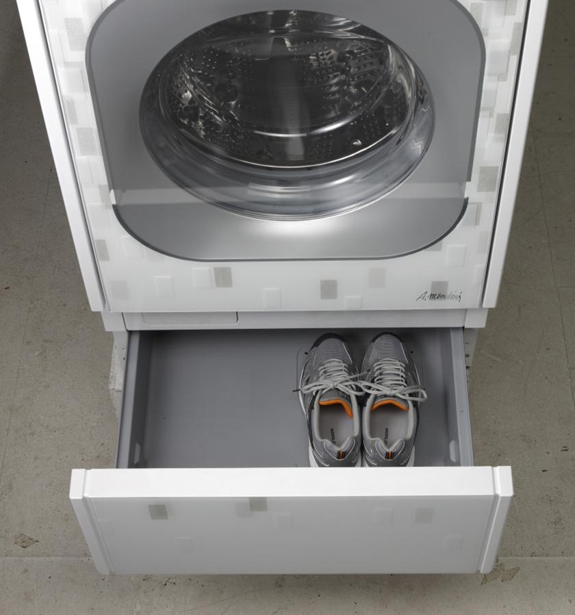 LG전자가 2008년 출시한 드럼세탁기에 탑재된 서랍형 신발관리기를 고객들이 체험하는 모습
