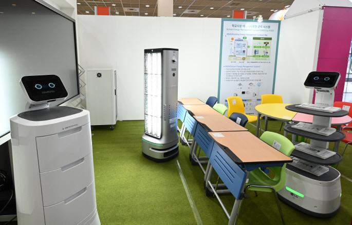 LG전자가 17일부터 19일까지 사흘간 서울 삼성동 코엑스에서 열리는 '제18회 대한민국 교육박람회'에 참가해 'LG 클로이 살균봇', 'LG 클로이 서브봇(선반형/서랍형)' 등 'LG 클로이 로봇'을 선보인다. 교육부가 전시장 내에 마련한 '미래학교 모델관'에서 LG 클로이 로봇들이 임무를 수행하고 있다. (사진 가운데 있는 로봇이 'LG 클로이 살균봇')