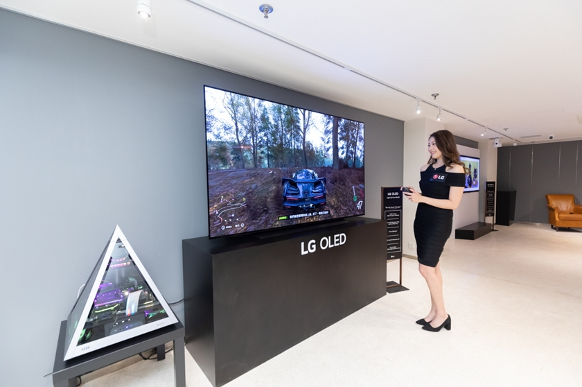 LG전자가 올해 새롭게 출시한 차세대 올레드 TV 'LG 올레드 에보(evo)'를 앞세워 프리미엄 TV 시장 공략에 속도를 낸다. 올해 TV 시장에서 올레드 TV 비중은 금액 기준으로 사상 첫 두 자릿수를 기록할 것으로 전망된다. 사진은 LG전자가 최근 홍콩에서 현지 거래선과 미디어를 초청해 진행한 신제품 발표행사에 LG 올레드 에보를 전시해 놓은 모습.