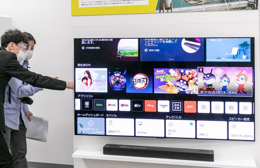 LG전자가 올해 출시한 차세대 올레드 TV인 LG 올레드 에보(evo)가 일본 최고 권위의 AV전문지 하이비(HiVi)로부터 61인치 이상 OLED TV 가운데 최고 제품으로 선정됐다. 사진은 LG전자 일본법인 관계자가 지난주 도쿄에서 열린 LG TV 신제품 소개 행사에서 LG 올레드 에보를 소개하는 모습