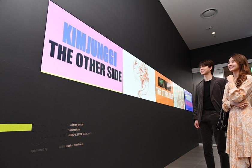 LG전자가 서울 송파구 롯데월드타워 7층 롯데뮤지엄에서 열리고 있는 김정기 작가 작품 전시회에 LG 디지털 사이니지(모델명: 55SVH7F) 등을 설치했다. 모델들이 LG 디지털 사이니지를 이어붙여 만든 가로 6미터 길이 비디오월을 통해 작품을 감상하고 있다.