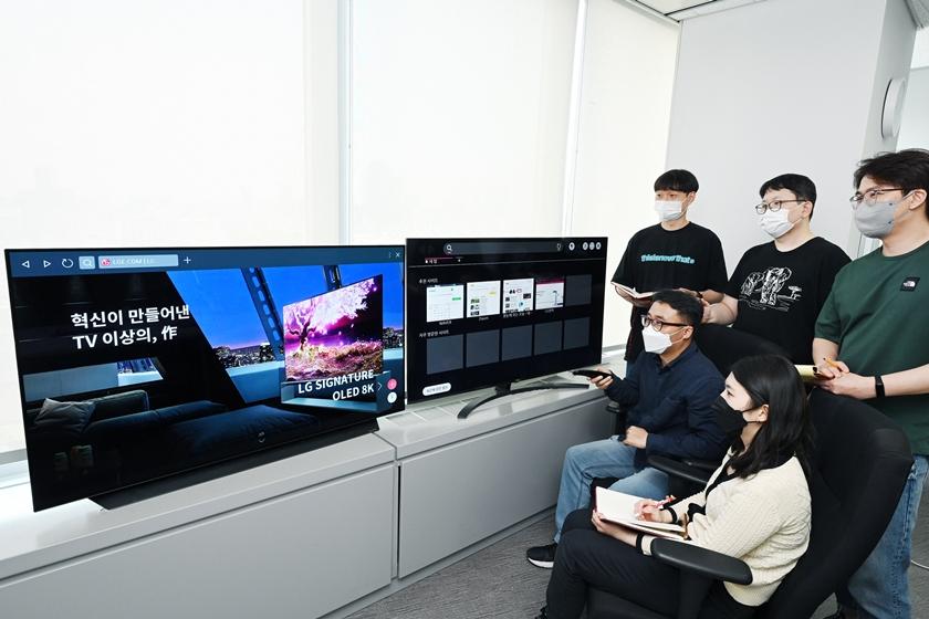 LG전자가 2018년부터 작넌까지 출시한 webOS TV에 대규모 소프트웨어 업그레이드를 진행한다. 고객들은 업그레이드를 통해 기존 모델에서도 최신 webOS 브라우저의 신기능을 이용할 수 있다. LG전자 연구원들이 최신 TV와 재작년 출시된 제품에 각각 탑재된 webOS 브라우저를 비교해가며 테스트를 진행하고 있다.