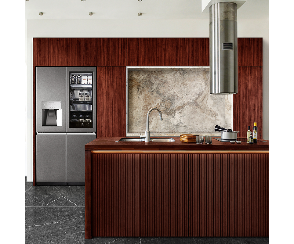 프리미엄 우드 인테리어 컨셉으로 브라질리언 로즈우드와 LG 시그니처 냉장고로 꾸며진 공간