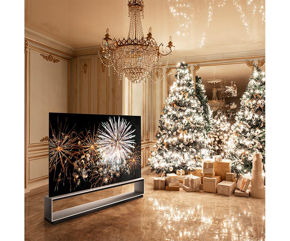 크리스마스 컨셉으로 꾸며진 인테리어와 LG 시그니처 올레드 8K