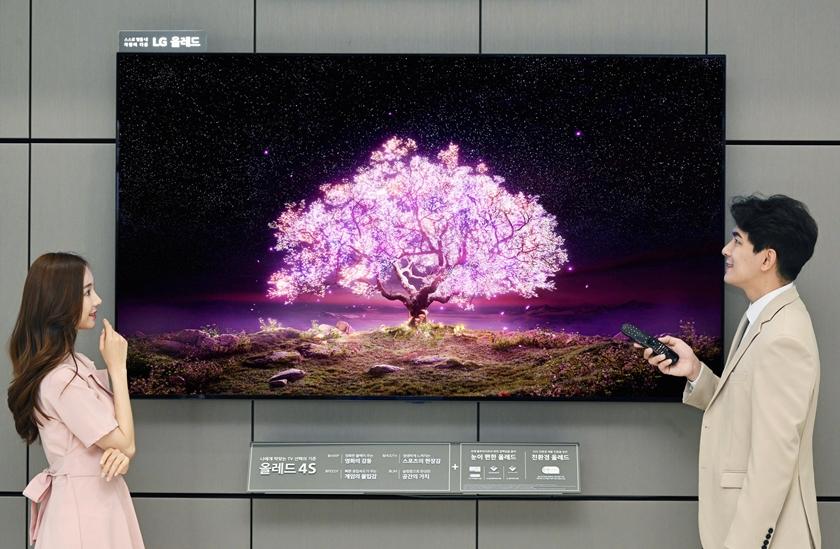 모델들이 양쪽에서 LG 올레드 TV(모델명: 83C1)를 소개하고 있다.