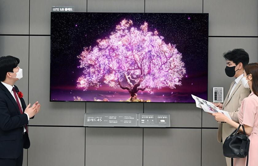 LG베스트샵 판매 직원이 LG 올레드 TV(모델명: 83C1)를 소개하고 있다.