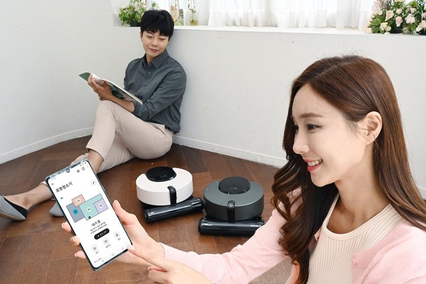 모델들이 LG 코드제로 R9 오브제 컬렉션을 소개하고 있다.