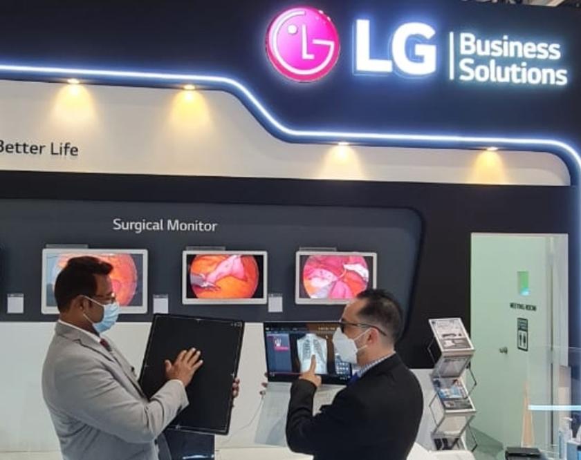 LG전자 직원이 이달 21일부터 24일까지 두바이에서 열리는  중동 최대 의료기기 전시회 아랍 헬스(Arab Health 2021)에서  디지털 엑스레이 검출기를 소개하고 있다.