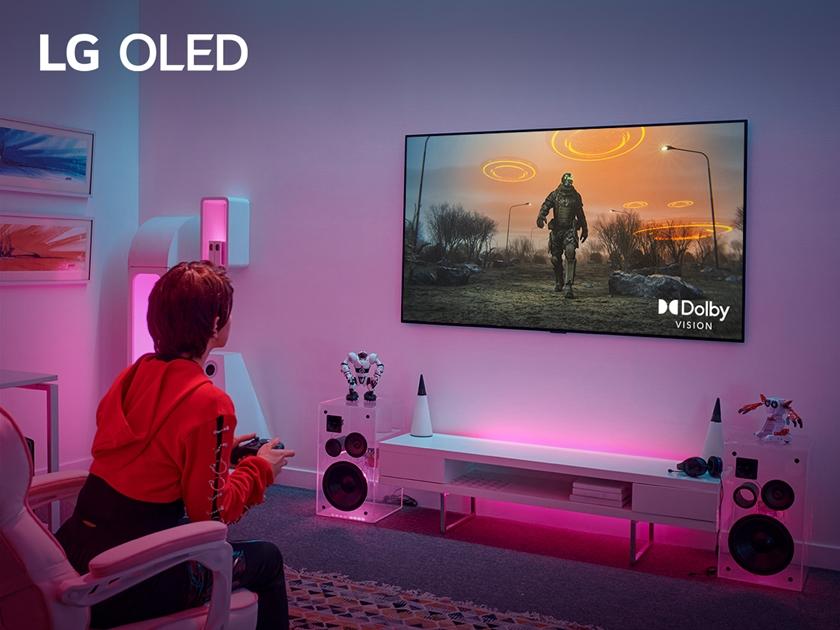 업계 최초로 4K·120Hz서도 '돌비비전 게이밍' 지원하는 LG 올레드 TV로 게임하는 모습