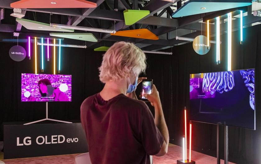 전시장을 찾은 관람객들이 LG 올레드 TV와 함께 전시한 디지털아트를 감상하고 있다.
