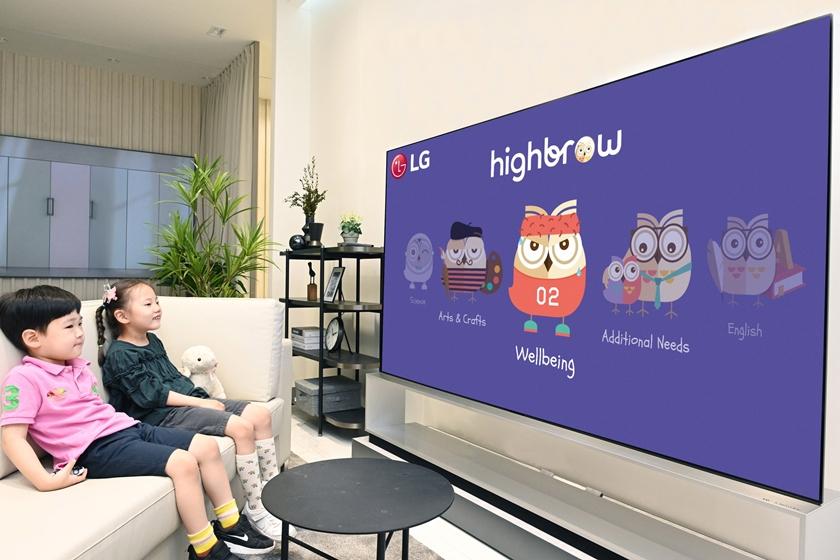 LG전자가 이달부터 LG TV에서 글로벌 교육 콘텐츠 구독 플랫폼인 하이브로(Highbrow) 서비스를 지원한다. LG 올레드 TV는 뛰어난 화질은 물론 자연스러운 색감으로 오래 봐도 눈이 편안해 온라인 교육 시청에 최적으로 평가받는다. 어린이들이 LG 올레드 TV로 교육 동영상을 시청하고 있다.