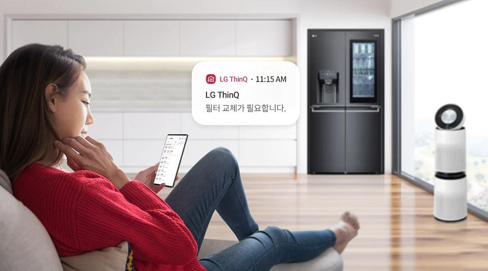 연결된 가전제품을 케어하는 LG ThinQ 앱을 사용하는 여성