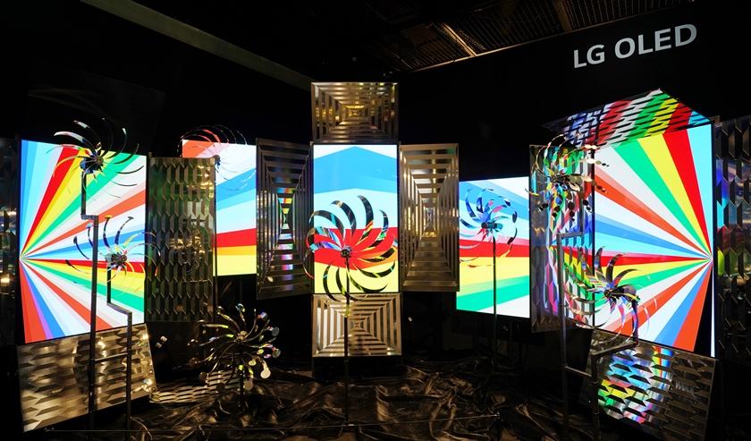 국내 아티스트와 협업해 전시장 내에 설치한 올레드 미디어아트의 모습.