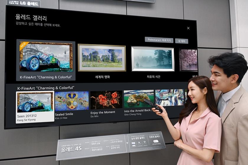 모델들이 올레드 갤러리 앱을 통해 국내 작가들의 미술 작품을 양쪽에서 감상하고 있다.